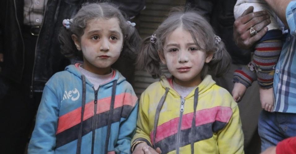 7.abr.2015 - Crianças sobrevivem a bombardeios, que segundo ativistas, teriam sido feitos pelas forças do regime de Bashar Assad, em Aleppo, na Síria. Pelo menos 1.430 pessoas morreram, a maioria civis, em distintas zonas da Síria desde o começo de 2015, informou o Observatório Sírio de Direitos Humanos