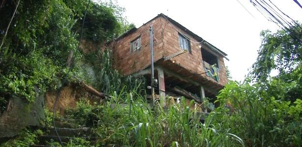 """Moradores do morro do Bumba, em Niterói, região metropolitana do Rio, que em 2011 foi palco de deslizamento de terra que matou 48 pessoas, vão deixar de receber o """"aluguel social"""" a partir de junho do ano que vem"""