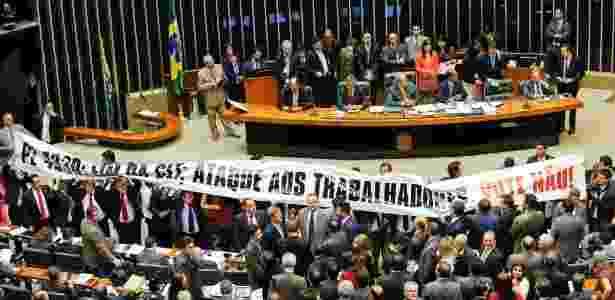 Deputados do PT abrem faixa contra o projeto de lei da terceirização no plenário da Câmara durante a sessão que votou o projeto de lei que regula as terceirizações - Pedro Ladeira/Folhapress