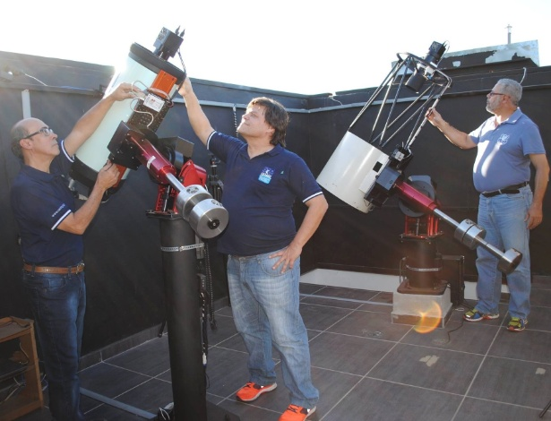 Os astrônomos amadores (da esquerda para a direita) João Ribeiro de Barros, Cristovão Jacques e Eduardo Pimentel, na sede do Observatório Sonear, em Oliveira (MG)