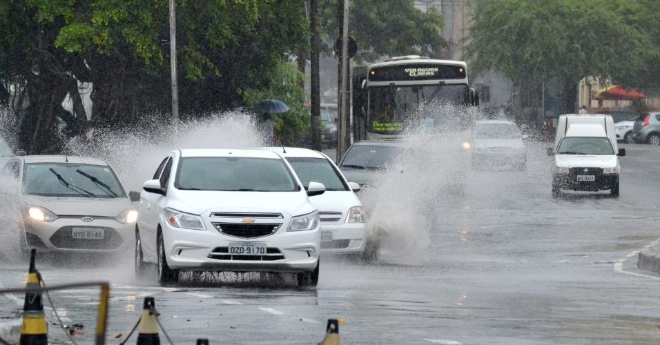 9.abr.2015 - A forte chuva que atinge Salvador na manhã desta quinta-feira ( 9), causa diversos pontos de alagamentos nos bairros da capital baiana. No bairro da Pituba, um canal transbordou e atrapalha a passagem dos motoristas nas proximidades da Cantina Volpi