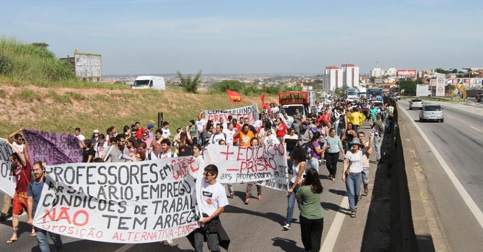 9.abr.2015 - Cerca de 250 professores estaduais em greve fecharam a Rodovia Santos Dumont, perto da entrada de Campinas (SP). Os manifestantes reivindicam melhores condições de trabalho e reajuste salarial. O protesto causou congestionamento na via