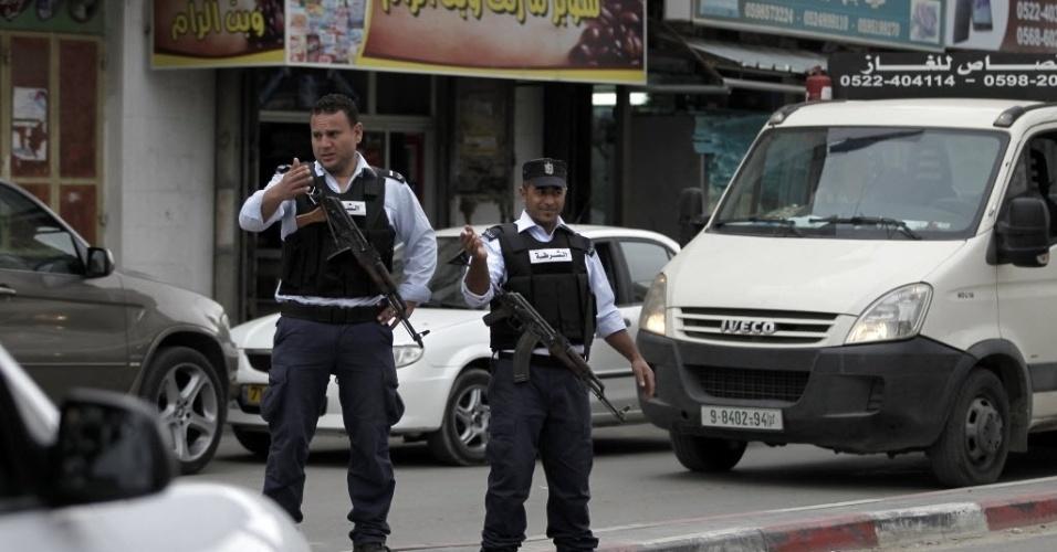 9.abr.2015 - Dois policiais palestinos armados patrulham rua Cisjordânia, próximo a Jerusalém. O Exército israelense autorizou pela primeira vez patrulhas armadas palestinas a trabalharem perto de Jerusalém. O porta-voz da polícia palestina, Louy Izriqat, disse que 90 policiais foram mobilizados em Abu Dis, A-Ram e Biddu, cidades que estavam em grande parte sob controle de segurança israelense desde um acordo de paz interino de 1993