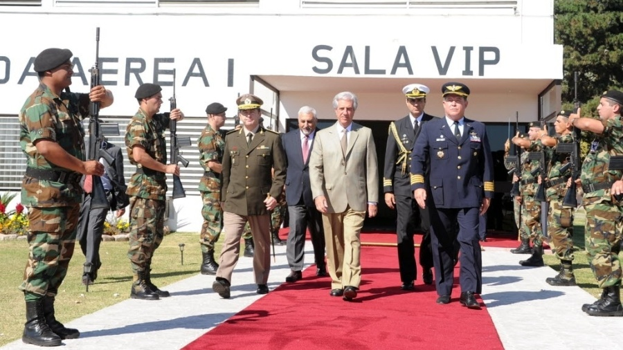 9.abr.2015 - O presidente do Uruguai, Tabaré Vásquez, parte de Montevidéu rumo à Cidade do Panamá, onde participará da 7ª Cúpula das Américas. O encontro reúne chefes de Estado do continente -- incluindo, pela primeira vez, Cuba -- entre sexta-feira (10) e sábado (11) - Presidência de Uruguai/EFE
