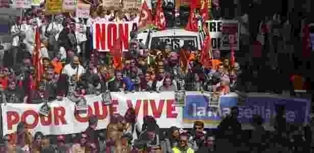 Em Marselha, franceses fazem manifestação contra os planos de austeridade do governo - Jean-Paul Pelissier/Reuters