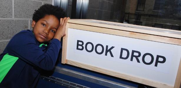 Blake e uma de suas caixas para receber os livros doados - Robert Gore