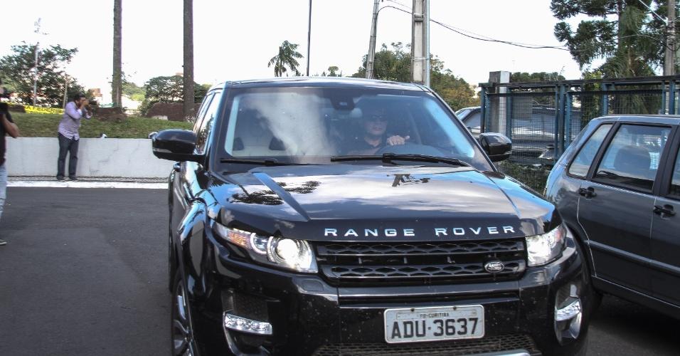 10.abr.2015 - A Polícia Federal usou a Range Rover Evoque dada pelo doleiro Alberto Youssef ao ex-diretor de Abastecimento da Petrobras Paulo Roberto Costa nas buscas e prisão realizada nesta sexta-feira (10), na casa do ex-deputado federal petista André Vargas