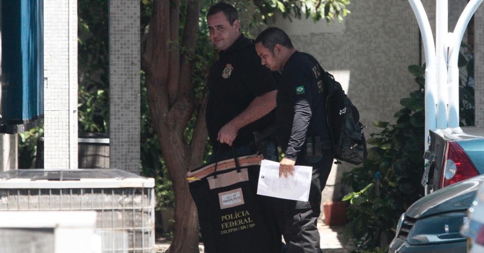10.abr.2015 - Agentes da Polícia Federal em Pernambuco cumprem mandados de busca e apreensão em dois apartamentos da família do ex-deputado Pedro Corrêa (PP-PE), como parte da nova fase da Operação Lava Jato, no Recife (PE), nesta sexta-feira (10). A nora de Corrêa (PP-PE), Márcia Danzi Correa de Oliveira, foi levada à sede da PF no Recife para prestar depoimento pela manhã