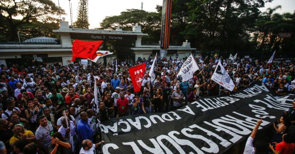 10.abr.2015 - Professores da rede estadual de ensino em greve protestam em frente ao Palácio dos Bandeirantes, sede do Governo do Estado de São Paulo, na capital paulista, nesta sexta-feira. Os manifestantes pedem para que o governador Geraldo Alckmin receba uma comissão dos grevistas