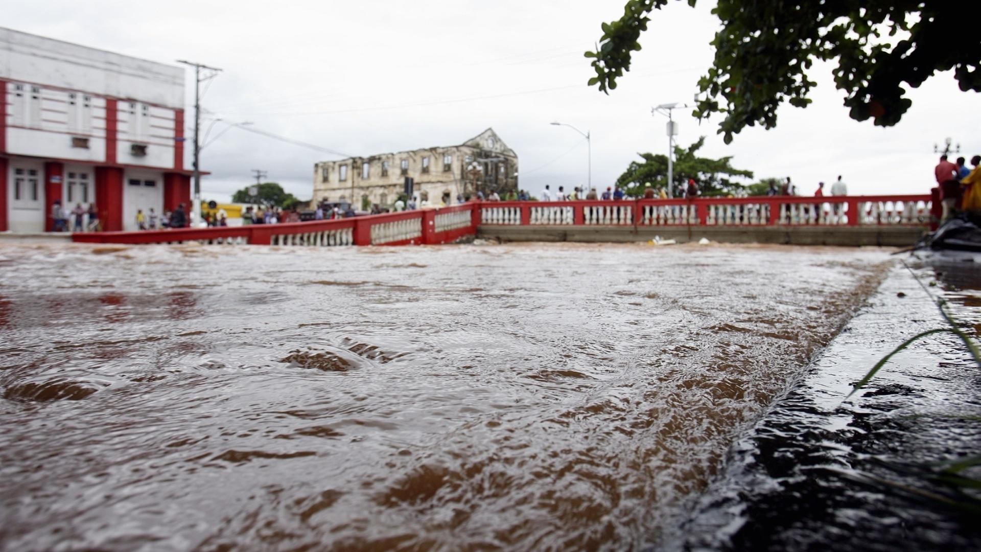 11.abr.2015 - Fortes chuvas atingiram a cidade de Santo Amaro (a 72 km de Salvador), na Bahia, causando inundação no município da região do Recôncavo baiano. Segundo Defesa Civil de Salvador, a inundação do rio Subaé causou desabamentos de muros, deslizes de terra e alagamentos de imóveis
