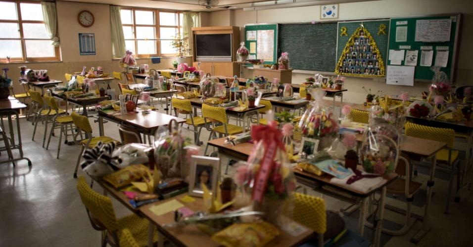 11.abr.2015 - Homenagens às vítimas do naufrágio da balsa sul-coreana Sewol são depositadas em carteiras da escola de ensino médio Danwon, em Ansan (Coréia do Sul), neste sábado (11). Na próxima quinta-feira (16) completará um ano da tragédia que causou a morte de 304 pessoas, 250 delas alunos da escola Danwon que participavam de uma viagem de campo