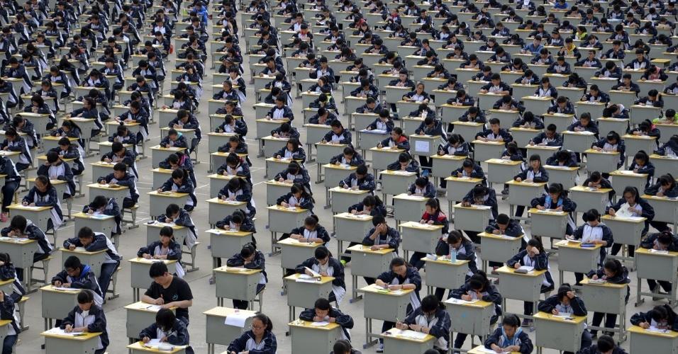 11.abr.2015 - Estudantes prestam exame em escola de ensino médio em Yichuan, na província de Shaanxi, na região central da China. Mais de 1.700 estudantes realizaram a prova no sábado, o que obrigou a escola a acomodá-los ao ar livre, já que não havia espaço suficiente para abrigá-los em salas de aula