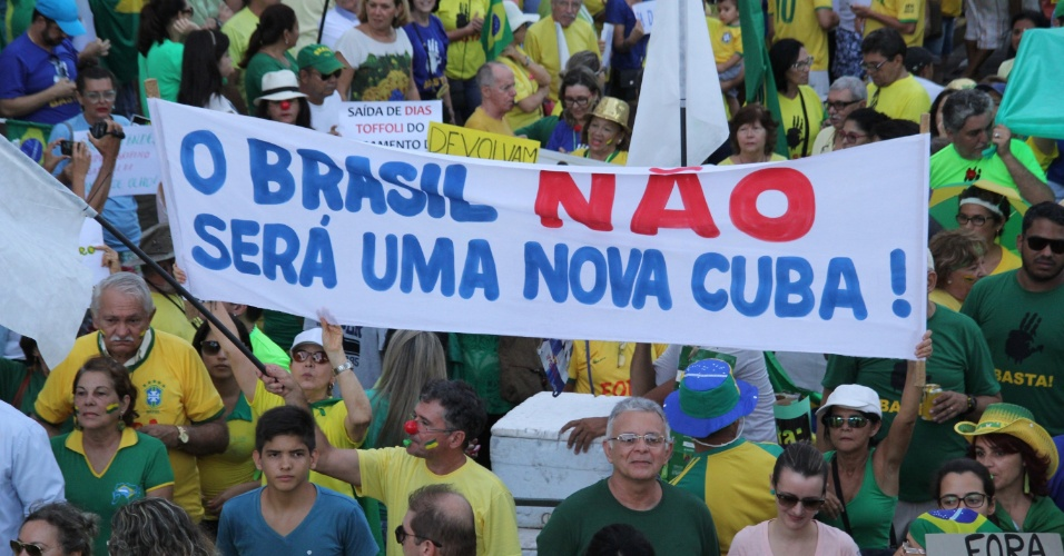 """12.abr.2015 - Cartaz traz os dizeres """"O Brasil não será uma nova Cuba"""" é carregado durante protesto pelo impeachment da presidente Dilma Rousseff e contra o PT (Partido dos Trabalhadores) em Natal, no Rio Grande do Norte"""