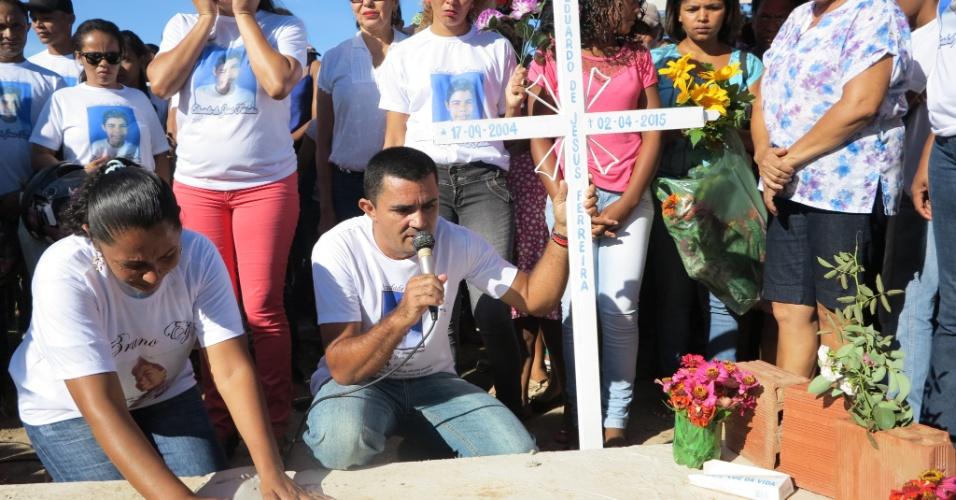 12.abr.2015 - Cerca de 300 moradores da pequena cidade de Corrente, no sul do Piauí, participaram neste domingo de um protesto contra a morte de Eduardo. À frente do cortejo, os pais do menino, que chegaram à cidade junto com o corpo no dia 5, carregavam uma pequena cruz de metal branca com o nome completo da criança