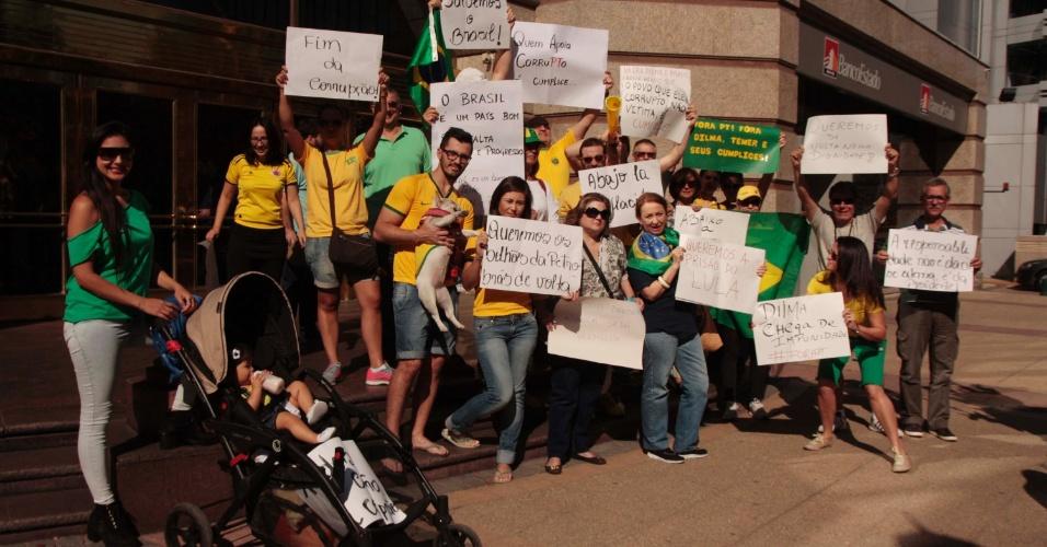 12.abr.2015 - Cidadãos brasileiros realizam protesto pelo impeachment da presidente Dilma Rousseff em Santiago, no Chile