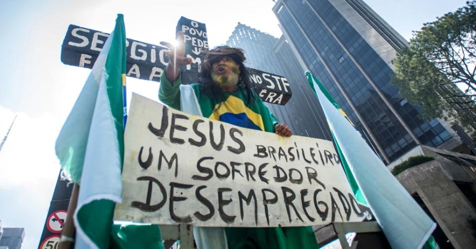 12.abr.2015 - Homem vestido como Jesus Cristo participa de manifestação contra o governo da presidente Dilma Rousseff na avenida Paulista, centro de São Paulo, neste domingo (12)