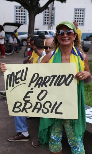 """12.abr.2015 - Manifestante carrega cartaz com a frase """"Meu partido é o Brasil"""" durante protesto pelo impeachment da presidente Dilma Rousseff em Cuiabá, no Mato Grosso"""