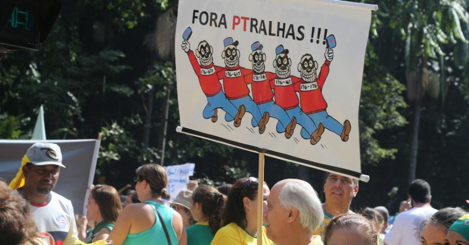 12.abr.2015 - Manifestante ergue cartaz contra o PT (Partido dos Trabalhadores) durante protesto contra o governo da presidente Dilma Rousseff, neste domingo (12), na avenida Paulista, centro de São Paulo