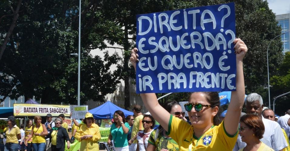 """12.abr.2015 - Manifestante ergue cartaz em que se lê """"Direita? Esquerda? Eu quero é ir pra frente"""" durante manifestação contra o governo da presidente Dilma na Esplanada dos Ministérios, em Brasília (DF). O protesto foi organizado pelos grupos Vem pra Rua, Movimento Brasil Livre e Revoltados e apoiado por partidos de oposição, como o PSDB, DEM e Solidariedade"""