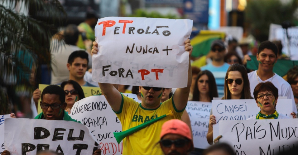 12.abr.2015 - Manifestantes caminham pela rua dos Andradas na região central de Santana do Livramento (RS), em protesto contra o governo da presidente Dilma Rousseff