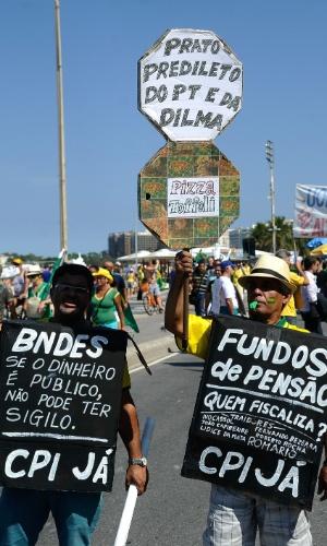 12.abr.2015 - Manifestantes carregam cartaz com críticas ao governo da presidente Dilma Rousseff durante protesto em Copacabana, na zona sul do Rio de Janeiro