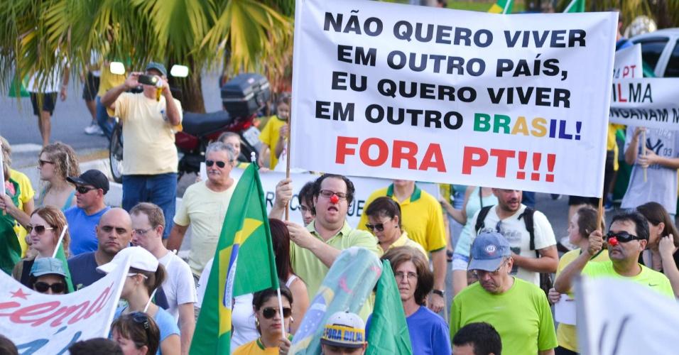12.abr.2015 - Manifestantes carregam cartaz criticando governo Dilma Rousseff durante protesto em Blumenau, Santa Catarina