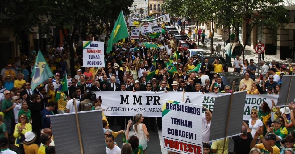 """12.abr.2015 - Manifestantes carregam cartazes com frases como """"Fora Dilma"""" e """"Mais aumento, eu não aguento"""" durante protesto contra o governo da presidente Dilma Rousseff em Curitiba, no Paraná. A manifestação começou na Praça Santos Andrade e seguiu em caminhada até a Boca Maldita"""