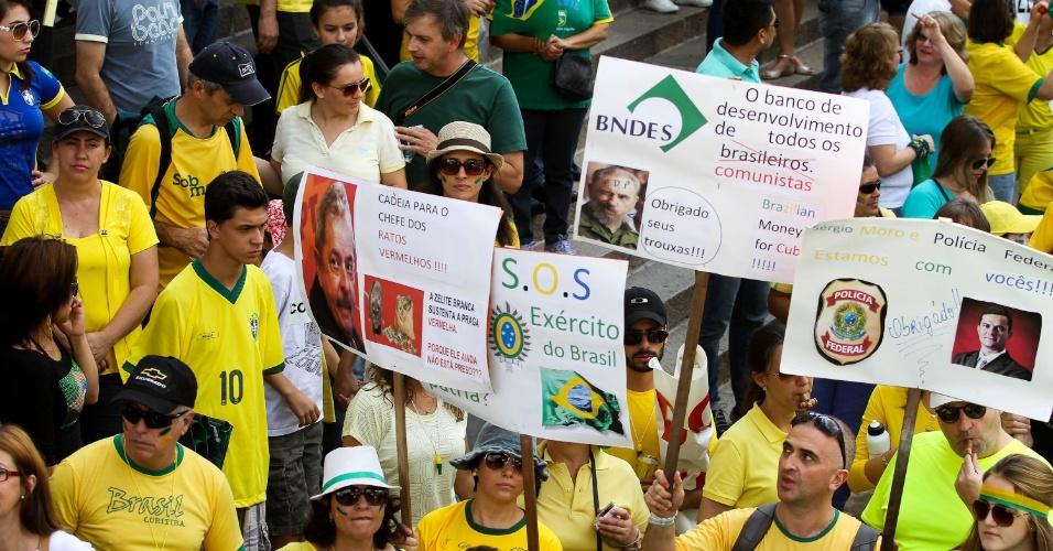 12.abr.2015 - Manifestantes carregam cartazes pedindo intervenção militar durante durante protesto contra o governo da presidente Dilma Rousseff em Curitiba, no Paraná. A manifestação começou na Praça Santos Andrade e seguiu em caminhada até a Boca Maldita
