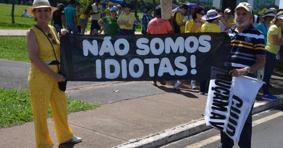"""12.abr.2015 - Manifestantes carregam faixa com os dizeres """"Não somos idiotas"""" durante protesto contra o governo da presidente Dilma Rousseff na Esplanada dos Ministérios em Brasília (DF)"""