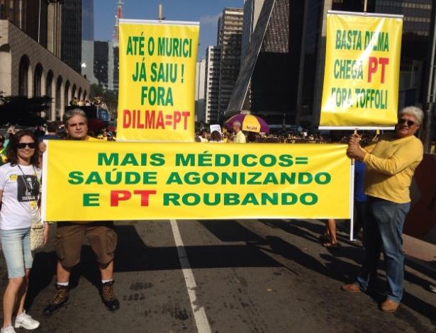 12.abr.2015 - Manifestantes erguem cartazes com críticas ao programa Mais Médico e à presidente Dilma Rousseff durante protesto na avenida Paulista, em São Paulo. A imagem foi enviada pelo internauta Marcos Desiderio Ricci, via WhatsApp (11) 97500-1925