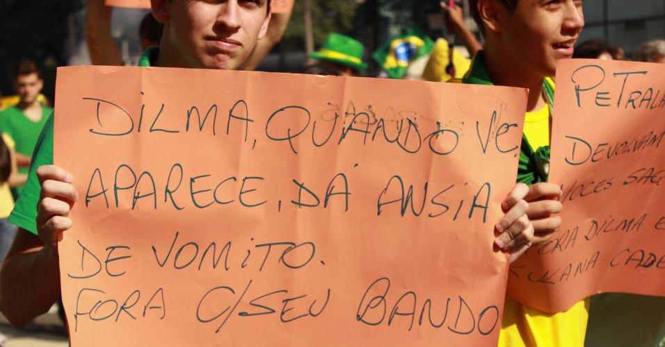 12.abr.2015 - Manifestantes erguem cartazes contra o governo da presidente Dilma Rousseff durante protesto na avenida Paulista, em São Paulo. O protesto foi organizado pelos grupos Vem pra Rua, Movimento Brasil Livre e Revoltados e apoiado por partidos de oposição, como o PSDB, DEM e Solidariedade