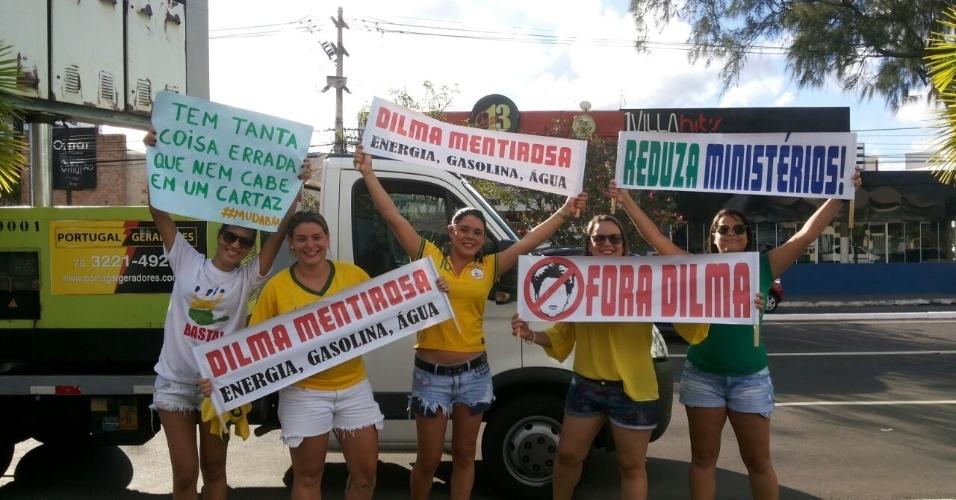 """12.abr.2015 - Manifestantes erguem cartazes em que chamam a presidente Dilma Rousseff de """"mentirosa"""" durante protesto contra o governo em Aracaju, em Sergipe. A foto foi enviada pelo internauta Marcelo Barbosa Freire via WhatsApp (11) 97500-1925"""