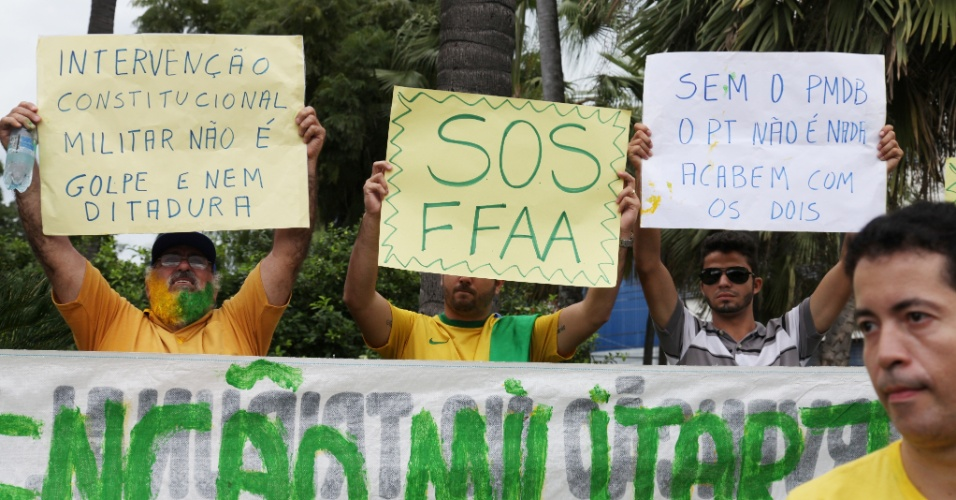 12.abr.2015 - Manifestantes erguem cartazes pedindo intervenção militar durante protesto contra o governo da presidente Dilma Rousseff e contra o PT (Partido dos Trabalhadores) em Fortaleza