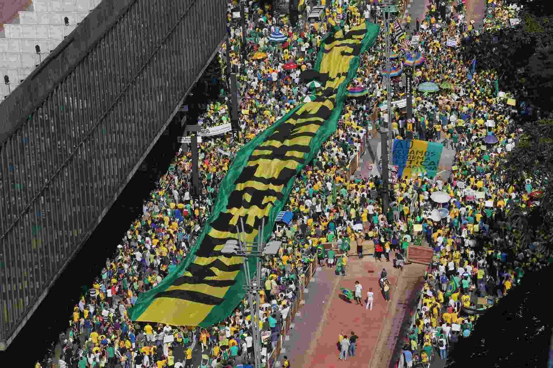 """12.abr.2015 - Manifestantes erguem faixa gigante com a frase """"Impeachment já"""" durante protesto contra o governo da presidente Dilma Rousseff, neste domingo (12), próximo ao Masp, na avenida Paulista, em São Paulo - Jorge Araújo/Folhapress"""