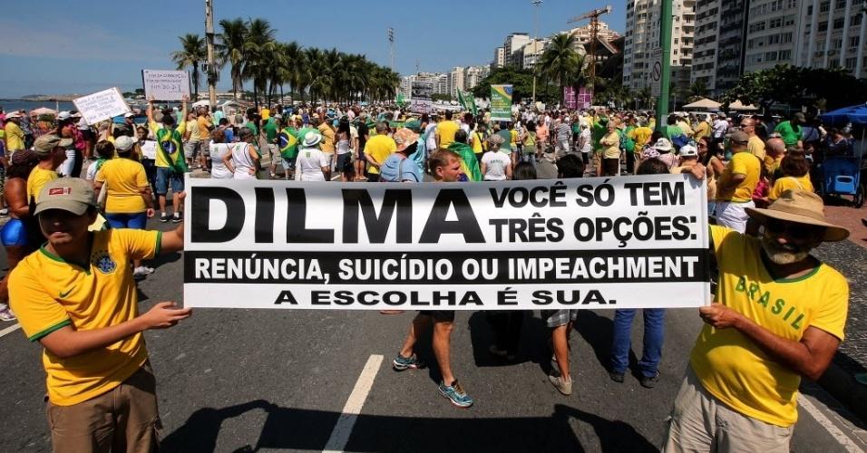 12.abr.2015 - Manifestantes fazem protesto contra o PT (Partido dos Trabalhadores) e para pedir o impeachment da presidente Dilma Rousseff, na orla de Copacabana, zona sul do Rio de Janeiro