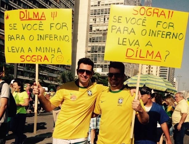 12.abr.2015 - Manifestantes levantam cartazes com frases bem-humoradas durante protesto contra o governo da presidente Dilma Rousseff na avenida Paulista, em São Paulo. A foto foi enviada pela internauta Paula Vieira via WhatsApp (11) 97500-1925