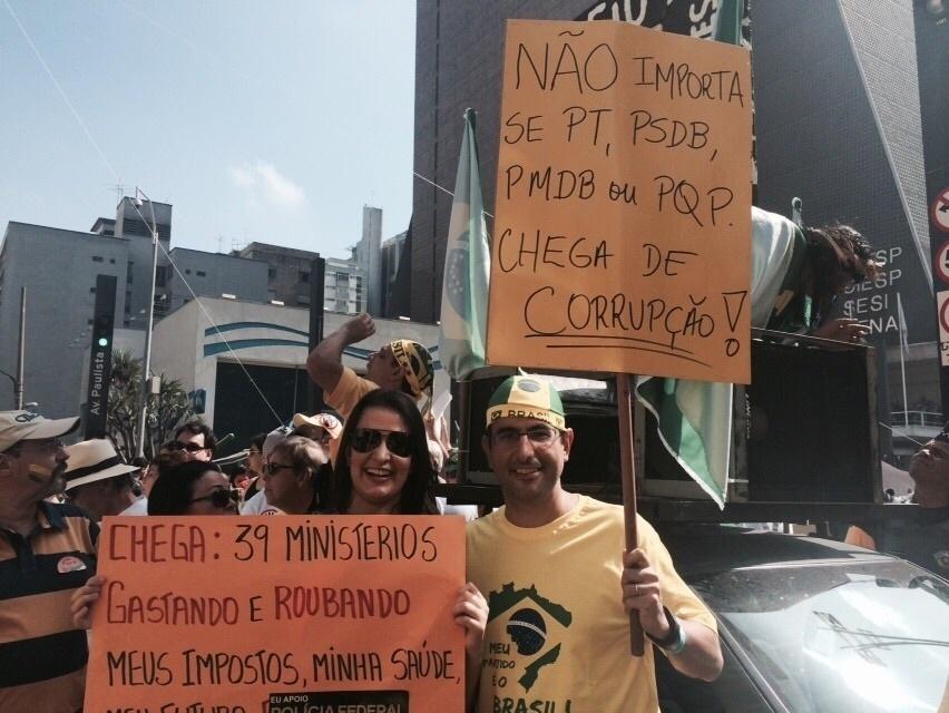 12.abr.2015 - Manifestantes pedem fim da corrupção durante protesto contra o governo da presidente Dilma Rousseff na avenida Paulista, em São Paulo. A imagem foi enviada pela internauta Ana Clara Maria Arantes via WhatsApp (11) 97500-1925
