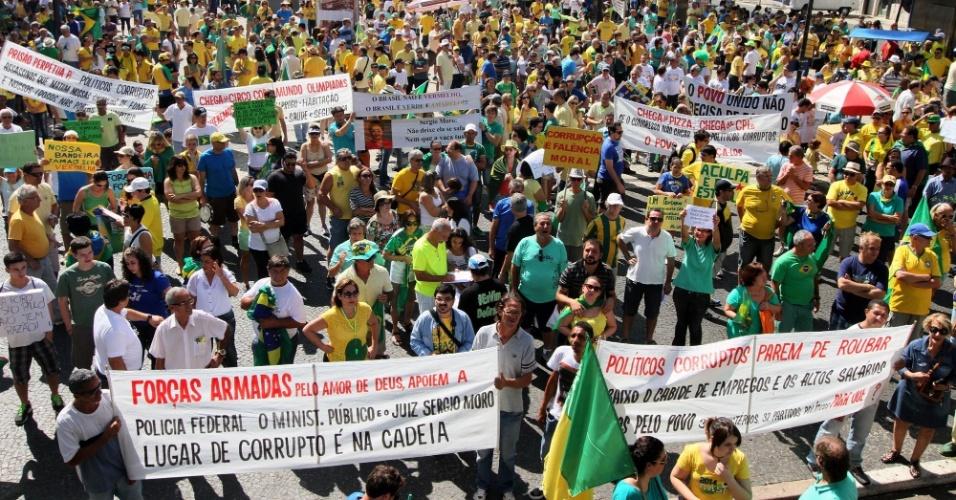 12.abr.2015 - Manifestantes protestam contra o PT (Partido dos Trabalhadores) e pedir o impeachment da presidente Dilma Rousseff, no Largo do Rosário, no centro de Campinas, interior paulista