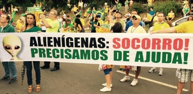 Porto Alegre: manifestantes pedem ajuda de alienígenas - Marina Costa/via WhatsApp