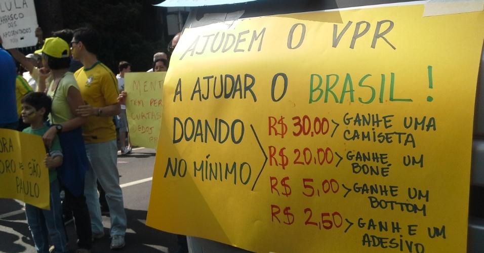 """12.abr.2015 - Movimento """"Vem Para a Rua"""" pede doações aos manifestante em troca de brindes, durante protesto contra o governo da presidente Dilma Rousseff, na avenida Paulista, em São Paulo"""