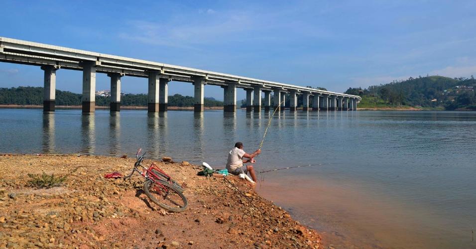 12.abr.2015 - Na imagem, represa do rio Jaguari e Jacareí, do Sistema Cantareira, neste domingo (12). O nível do reservatório está a 19,9% do volume morto. A partir de 16 de maio de 2014, a Sabesp começou a utilizar o volume morto para abastecer. Há 70 dias que o sistema não apresenta queda de nível