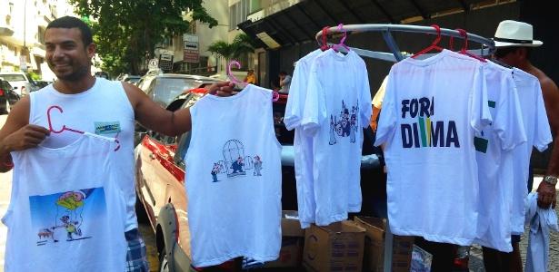 Policial de UPP ganha dinheiro extra ao vender camisetas anti-Dilma no Rio - Hanrrikson Andrade/UOL