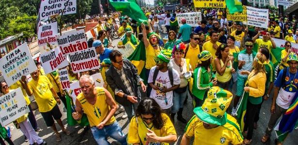 12.mar.2015 - Manifestantes se reúnem na avenida Paulista para ato de protesto contra o governo da presidente Dilma Rousseff