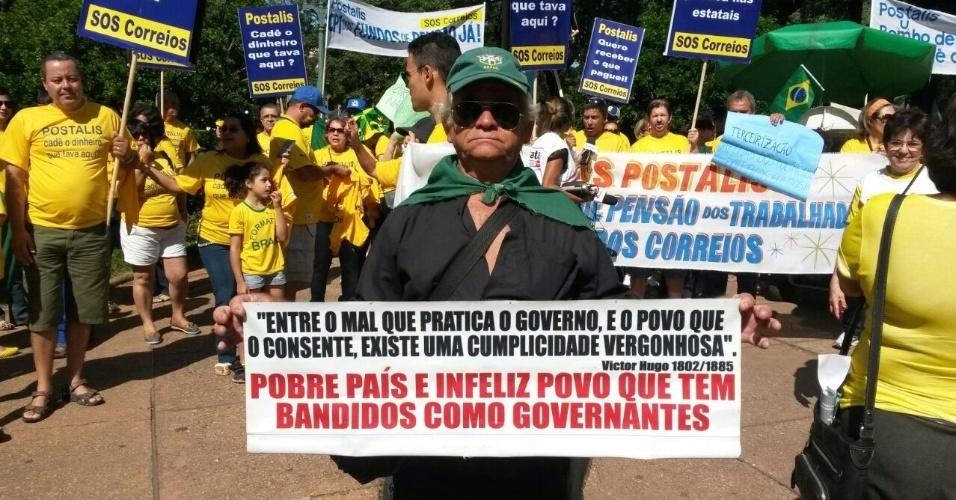 12.abr.2015 - Os primeiros manifestantes começam a chegar à praça da Liberdade, na região centro-sul de Belo Horizonte. Os movimentos que organizaram os protestos em 15 de março voltam às ruas do país neste domingo (12) para protestar contra a corrupção e pelo impeachment da presidente Dilma Rousseff. A imagem foi enviada pelo internauta Rodrigo Rios para o WhatsApp do UOL - (11) 97500 1925(11) 97500 1925