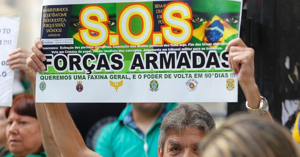 12.abr.2015 - Manifestante ergue cartaz em que pede ajuda às Forças Armadas durante protesto contra o governo da presidente Dilma Rousseff na avenida Paulista, em Sãp Paulo