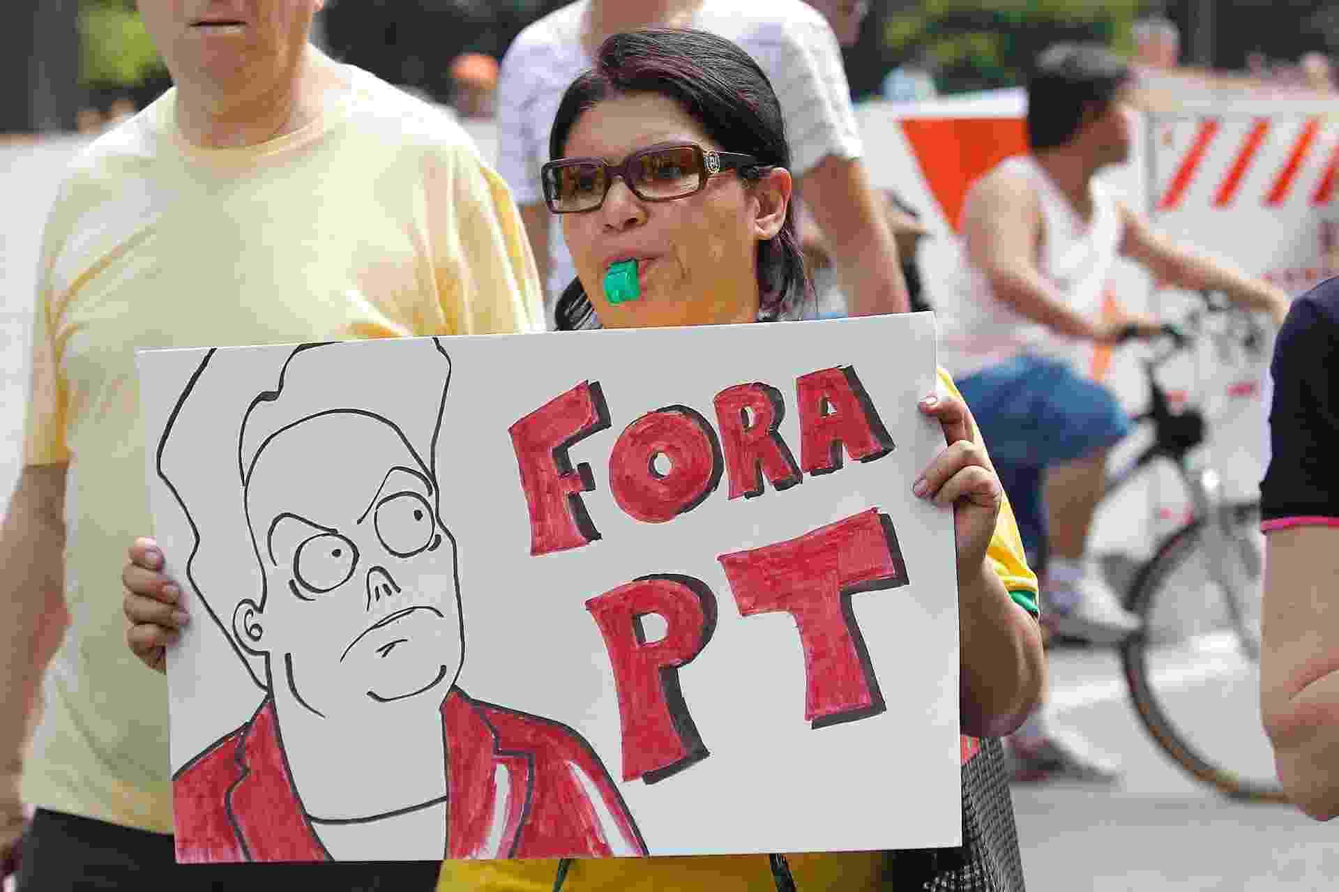 """12.abr.2015 - Manifestante segura cartaz com dizeres """"Fora Dilma"""" durante protesto contra o governo da presidente Dilma Rousseff na avenida Paulista, em São Paulo - Reinaldo Canato/UOL"""