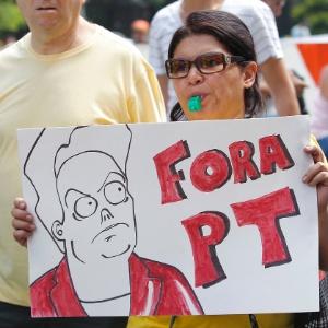 """Manifestante segura cartaz com dizeres """"Fora PT"""" durante protesto contra o governo da presidente Dilma no último dia 12 - Reinaldo Canato - 12.abr.2015/UOL"""