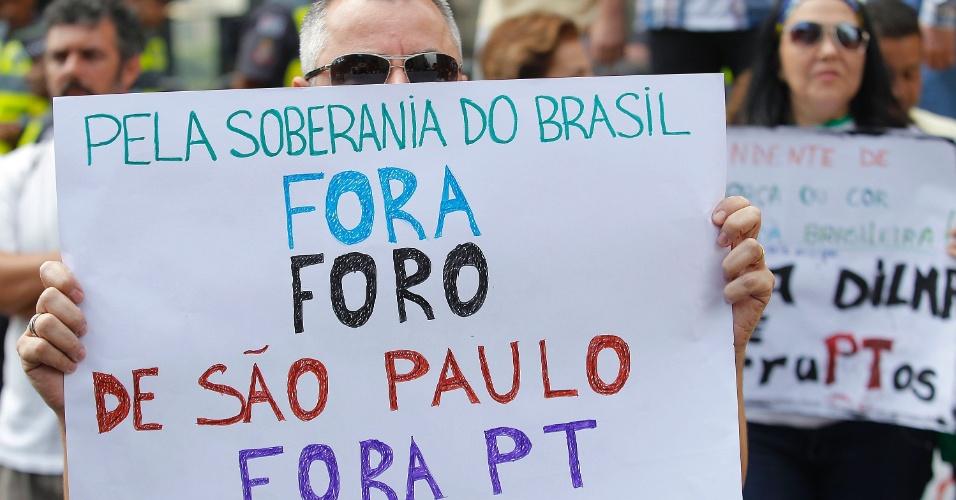 """12.abr.2015 - Manifestante segura cartaz com dizeres """"Fora Dilma"""" durante protesto contra o governo da presidente Dilma Rousseff na avenida Paulista, em São Paulo"""