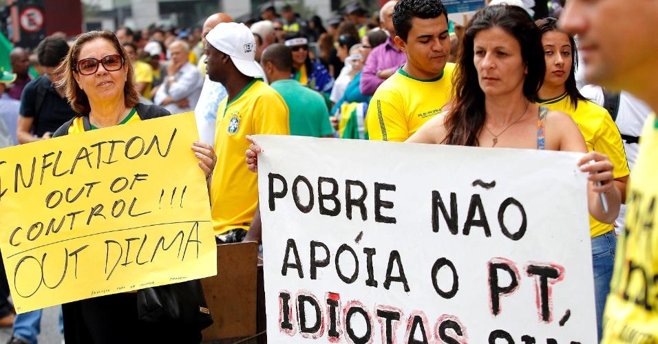 """12.abr.2015 - Manifestante ergue cartaz com dizeres """"Pobre não apoia o PT, idiotas sim"""" durante protesto contra o governo da presidente Dilma Rousseff na avenida Paulista, em São Paulo"""