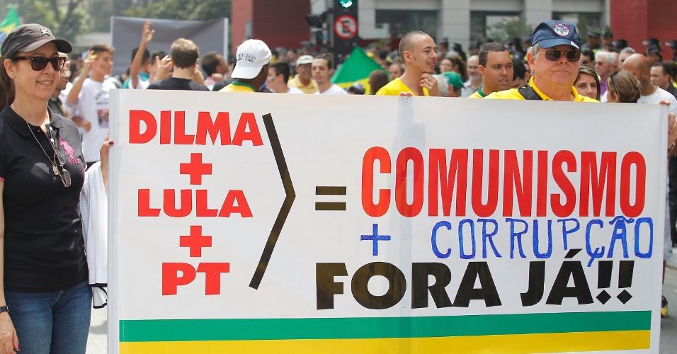 """12.abr.2015 - Manifestantes seguram cartaz com os dizeres """"Dilma + Lula + PT = Comunismo + corrupção"""" durante protesto contra o governo da presidente Dilma Rousseff na avenida Paulista, em São Paulo"""